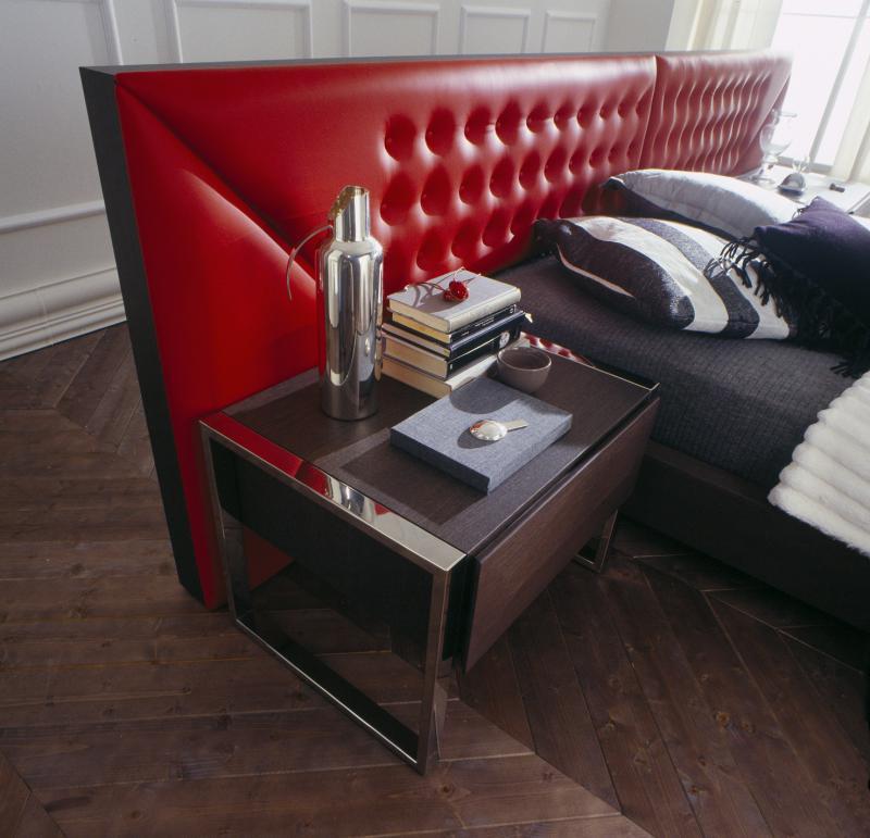 кровать с красным изголовьем