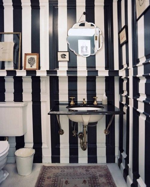Полосатый дизайн этой маленькой ванной комнаты
